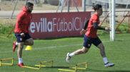 Banega y Roque Mesa hacen un ejercicio en un entrenamiento.