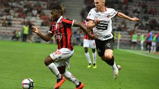 Allan Saint-Maximin se zafa de Bourigeaud ante el Rennes.