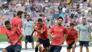 Los jugadores del Barça realizan el calentamiento previo al...