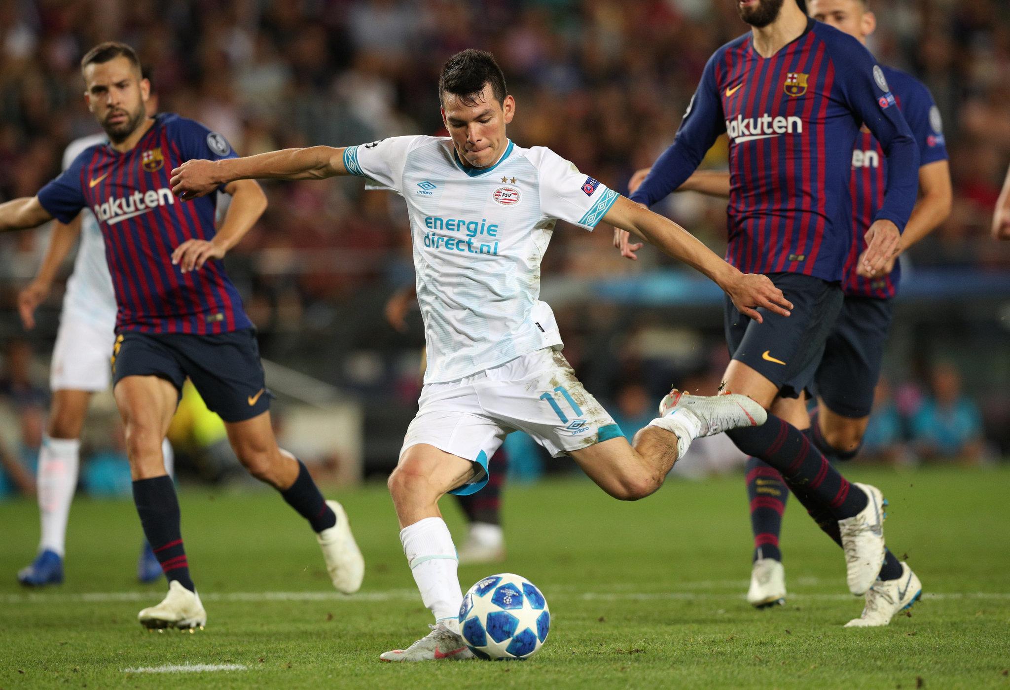 Lozano, disparando a portería contra el Barcelona.