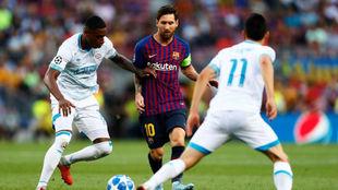 Messi maneja el balón ante la mirada de Hirving Lozano, con el 11 a...