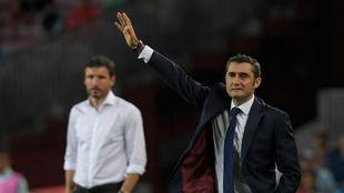 Valverde da instrucciones en el choque contra el PSV.