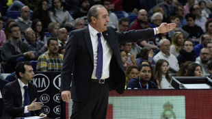 Txus Vidorreta dirigiendo al Valencia Basket