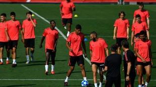 La plantilla del Real Madrid en el entrenamiento previo al partido...