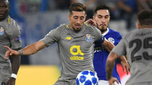 Héctor Herrera, en una acción del juego ante el Schalke 04