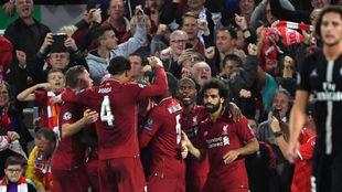 Los jugadores del Liverpool celebran uno de sus goles.
