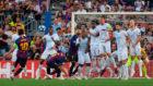 Busquets se agachó en la barrera y Messi puso el balón en la...