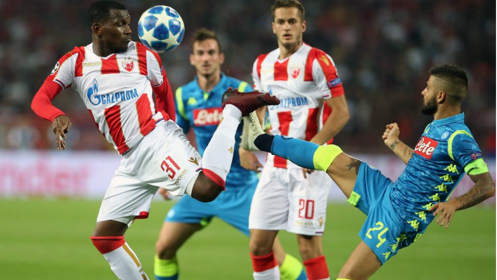 Una acción del partido entre el Estrella Roja y el Nápoles