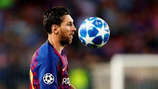 Messi controla un balón ante el PSV