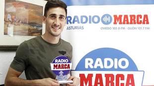 Diego Mariño, en Casa Arturo, con su trofeo como mejor jugador del...