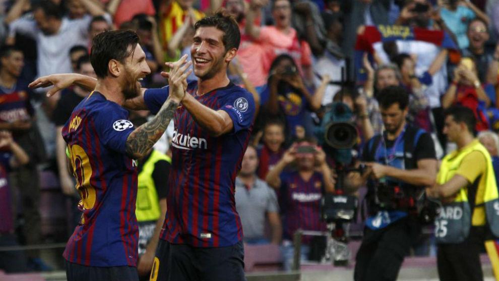Messi celebra un tanto contra el PSV con Sergi Roberto.