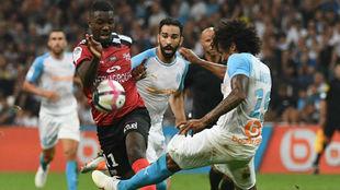 Marcus Thuram regatea a Luiz Gustavo, del Marsella.