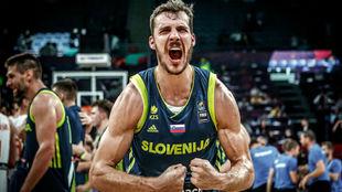 Goran Dragic celebrando con la selección de Eslovenia