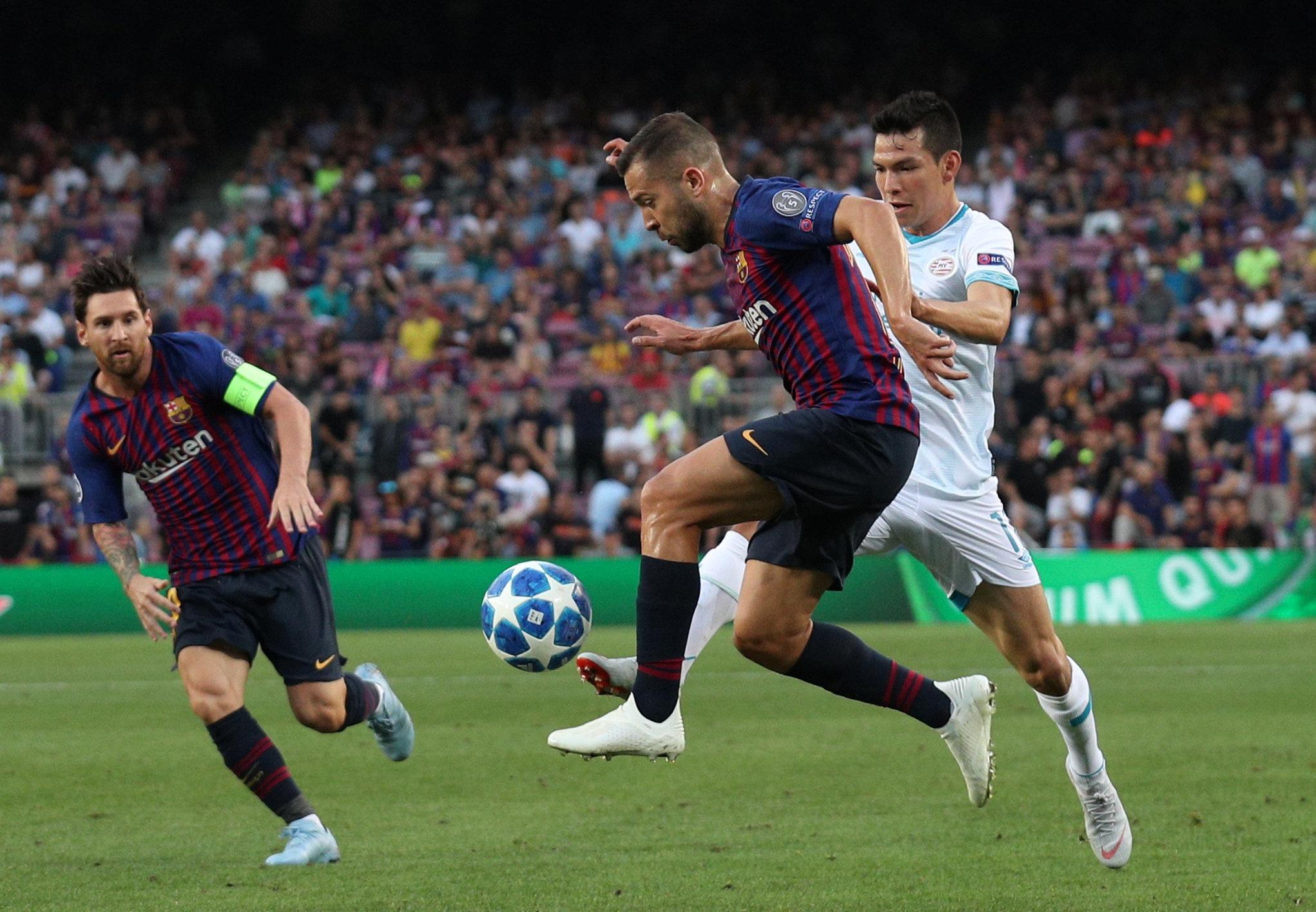 Hirving Lozano, con Jordi Alba y Messi.