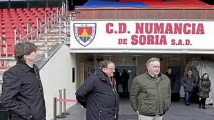 El presidente Francisco Rubio (en el centro), junto al alcalde de...