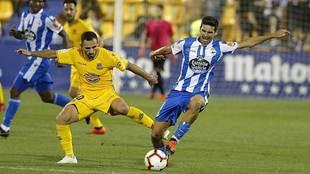 Vicente Gómez disputa un balón con Nono durante el partido de...