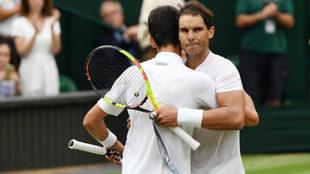 Rafa Nadal se abraza a Novak Djokovic tras su derrota en las...