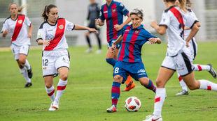 Sonia Bermúdez controla el balón durante el partido ante el Rayo...