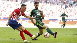 Oliviera trata de frenar a Borja Garcés durante el partido en el...