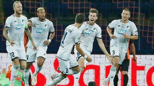 Los jugadores del Hoffenheim celebran un gol en su debut ante el...