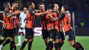 Los jugadores del Shakhtar celebra su primer gol.