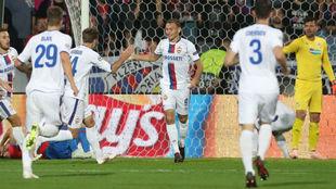 Los rusos celebran el primer gol de Chalov.