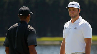 Jon Rahm, conversa con Tiger Woods en el 'putting green' de...