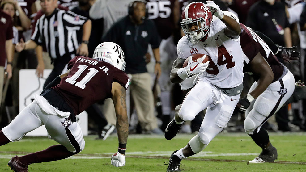 Damien Harris corre ante Texas A&M en 2017.