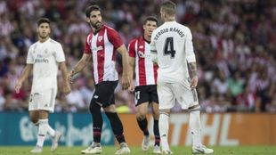 Raúl García y Sergio Ramos se cruzan durante el Atheltic-Real Madrid...