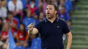 Sergio da una indicación durante un partido.