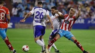 Sergio Gil disputa un balón con Javi Ros en la visita del Lugo a...