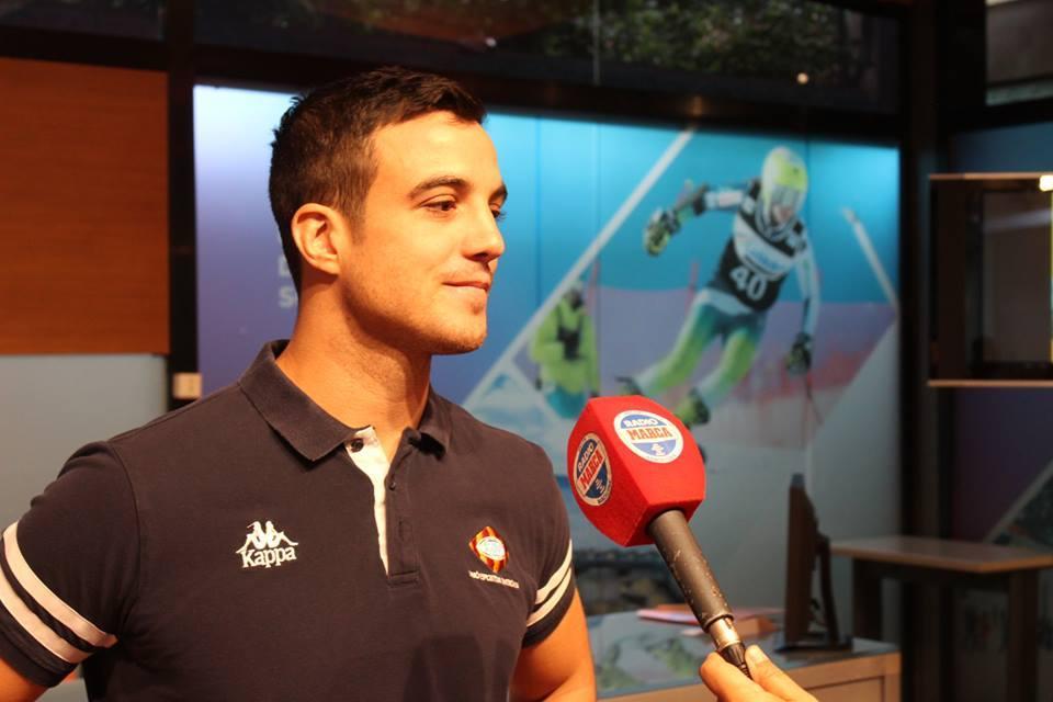 El capitán Héctor García atiende a los micrófonos de Radio Marca