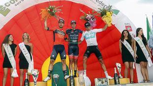 Juanjo Lobato, vencedor, entre Sonny Colbrelli y Gianni Moscon.