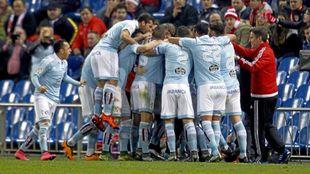 Berizzo celebra con sus jugadores una victoria como visitante cuando...
