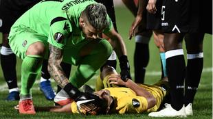 Pedro, tendido en el suelo con gestos de dolor.