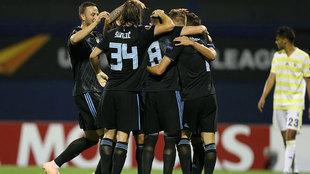 Jugadores del Dinamo Zagreb festejan un gol ante el Fenerbahce.