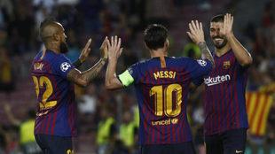 Messi, Suárez y Arturo Vidal celebran uno de los tantos ante el PSV.