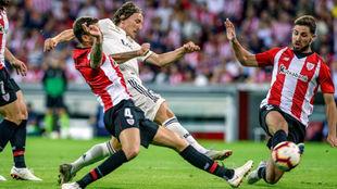 Iñigo Martinez y Yeray, frenando el avance de Modric