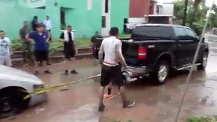 Los futbolistas se unieron a las labores de ayuda.