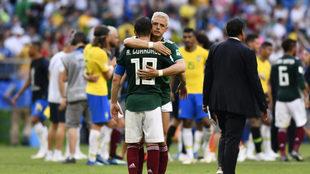 Javier Hernández y Guardado tras caer ante Brasil en octavos de...