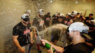 Los Red Sox festejan en el vestidor.