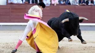 Javier Jiménez, durante la lidia de un toro.