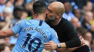 Guardiola, danoo un beso a Agüero.