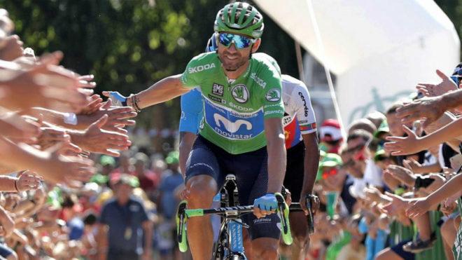 Alejandro Valverde saluda al público asistente al inicio de la última etapa de la Vuelta Ciclista a España.