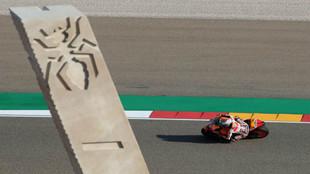 Marc Márquez pasando por su curva