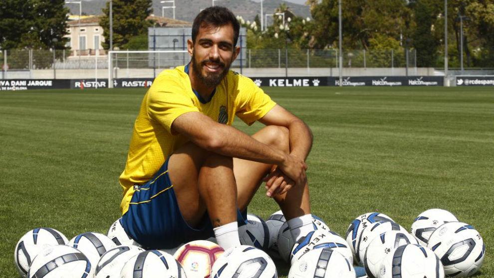 Borja Iglesias posa para MARCA tras un entrenamiento.