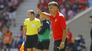 José Luis Mendilibar da instrucciones a sus jugadores durante el...