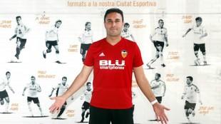Miguel Grau posa en la ciudad deportiva de Paterna.