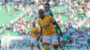 Chaka Rodríguez y Jonatha Rodríguez en el partido entre Tigres y...