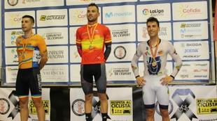 Eloy Teruel, campeón nacional, rodeado por Sebastián Mora y Albert...